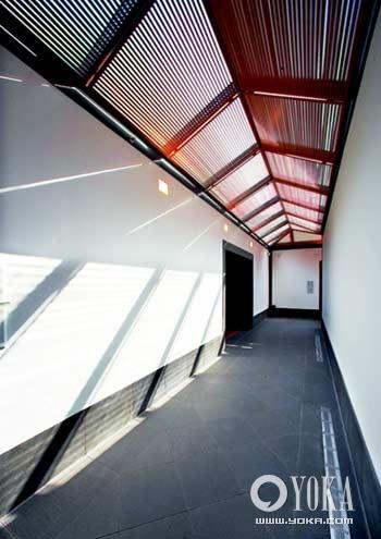 贝聿铭/阳光透过金属百叶照射入室内,在墙面上形成了会随时间发生变化...