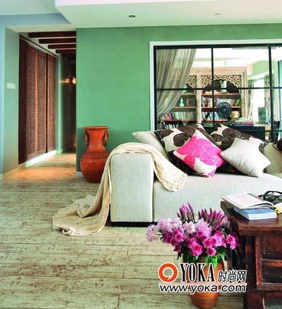 不同颜色的墙壁起到空间与空间划分及自然过渡作用,客厅与书房的划分是玻璃墙,因为书房面积比较小,玻璃墙有利于透过空间延续,视觉上增加书房的宽阔感觉。