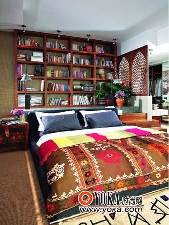 房的墙壁用色简单,房间里的布艺则使用色彩鲜艳的民族风格的织布与地毯。