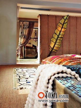 墙上叶子造型的灯带出的原野气息与睡房中的民族布艺非常协调。也为房间增添了一个特别的光源。