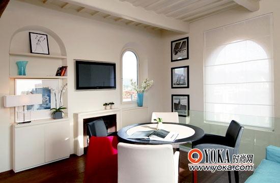 明亮、简洁的公寓客厅。虽然面积不大,却井然有序。拱形的窗户有着典型的意大利建筑风格。