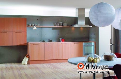深灰色护墙板与木本色橱柜的配搭,将自然的气息带入现代的空间。