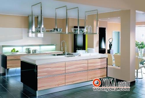 纹理清晰的浅色面板与深色地面形成反差,提升了厨房的整体效果。