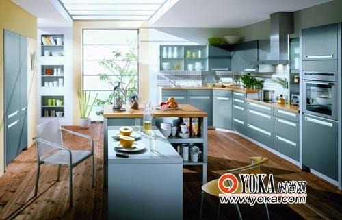 橱柜面板上的长拉手与垂直的橱柜线条相融合,增强了整个厨房的立体感。