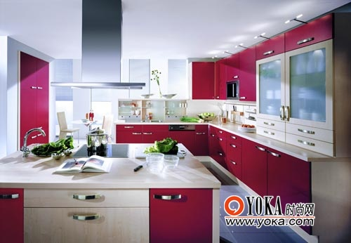 大面积的红色配搭上木质纹理的面板让开放式的厨房空间造型感更强。