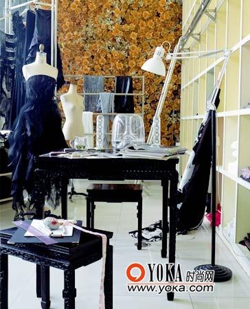 薄涛的工作间老家具的身影与时装交相呼应。