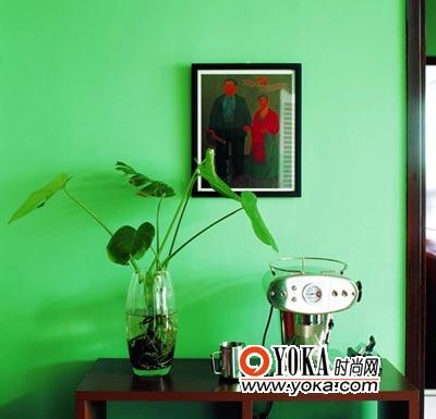 巴西绿萝的强烈点缀,加入灰度的绿色墙壁,赋予小空间浓郁的南美氛围与低调的东南亚风情。而充满个性的限量版ET造型咖啡机,又让这里个性十足。