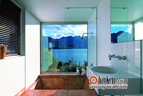 半幅玻璃隔断阻挡淋浴时流水外溅,保持浴室内的清洁。和其他空间一样,简朴的浴室也有窗外湖光山色作陪。