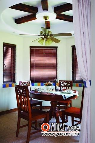 餐厅的阳光非常好,深褐色的美式家具在其中显得十分合适,吊顶的形式与吊扇相得益彰,更为空间增添了不少田园气质。