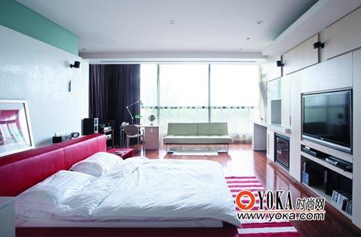 二楼主卧室。色调加入了红,和少量的浅绿。活跃了整个空间。