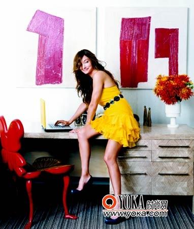 旁边的蝴蝶椅和穿着俏丽的女主人让整个房间更见现代、活泼。小礼服裙