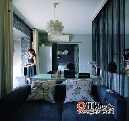客厅、餐厅兼书房、卧室被安排在一条直线上,用家具和帘子做了最自然也最节省空间的划分。