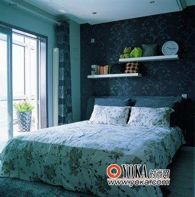 卧室的床品采用了与客厅沙发靠垫一致的布艺设计,起到相互呼应的作用。