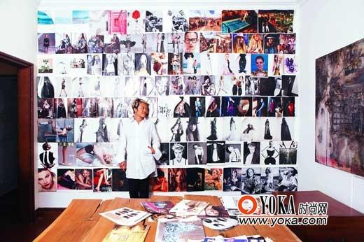 站在自己的作品墙前,韩枫自在开怀。