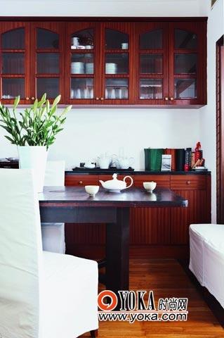 厨房的装饰基本保留了原始的装饰,桌上的几组茶具和餐具倒是成了这里的点睛之笔。