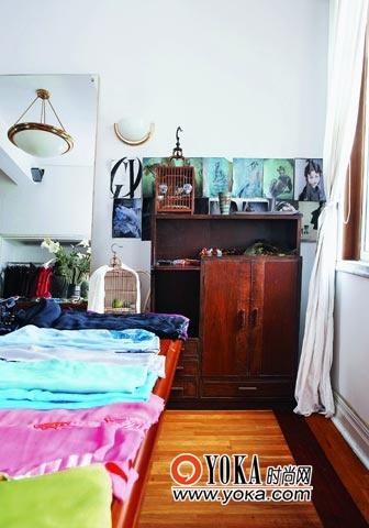 橱柜是主人千挑万选淘来的,墙上随意贴了几张画,以及那两只鸟笼质朴的色彩,让这里更像是一个私家梳妆台。