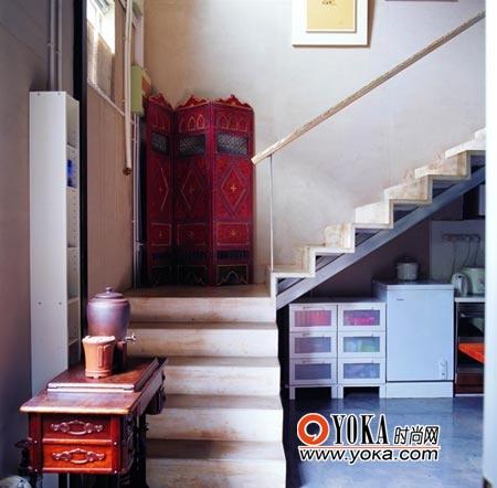 灰白的楼梯呼应灰白油漆的雕花扶手。