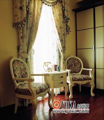 晨光穿过的宁静的小客厅。