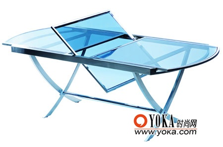 拉伸与翻折的清晰结构让餐前摆桌十分便利。TENGHOME
