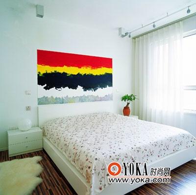 床头的画是设计师的手笔,也是整间房子中最跳跃的色块。