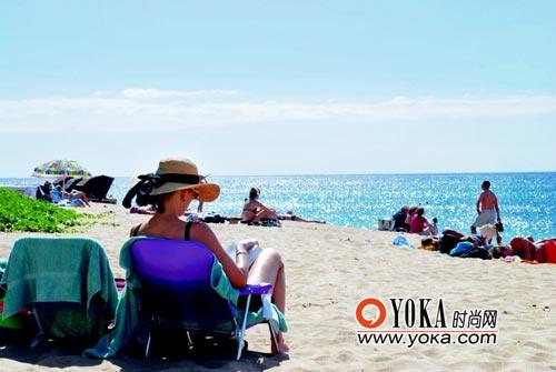 去沙滩除了带上漂亮泳装,最好再带上本好看的书。