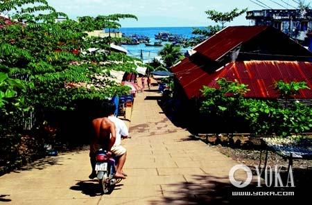 摩托车是这里主要的交通工具,给宁静的富国岛带来喧嚣和生机。