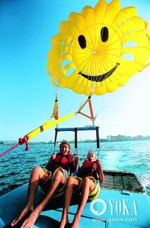 <a href='http://bbs.tourist.net.cn/index.asp?boardid=34' target='_blank'>沙巴</a>的海上娱乐项目种类繁多,降落伞决不能错过。